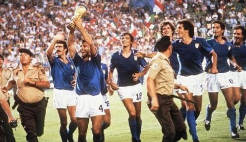 Antonio Cabrini con la Coppa del Mondo vinta nel 1982