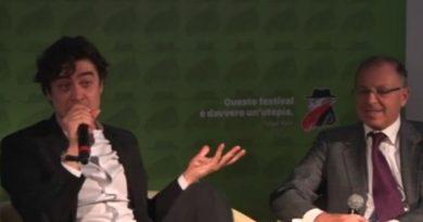 Riccardo Scamarcio incontenibile al Bif&st di Bari | VIDEO, si scaglia contro il pubblico