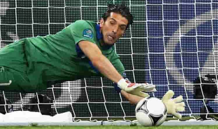 buffon celebrato dal calcio mondiale