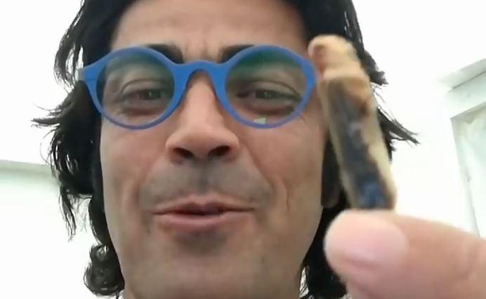 Almo Bibolotti mangia gli insetti