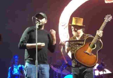 Checco Zalone canta al concerto di Zucchero | (VIDEO) Palaflorio di Bari, delirio al Wanted Tour